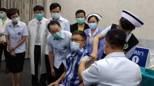 ผู้ว่าฯ ขอนแก่นพร้อมบุคลากรแพทย์ฉีดวัคซีนป้องกันโควิด-19 ล็อตแรก 10,000 โดส