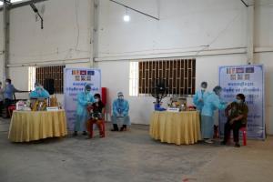 กัมพูชาเริ่มฉีดวัคซีนโควิดให้คนงานโรงงานสิ่งทอ ตั้งเป้าฉีดให้ได้วันละ 10,000 คน