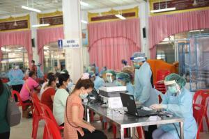 ผู้ค้า-ผู้ช่วยค้าย่านตลาดบางแคทั้ง 6 แห่ง รับวัคซีนป้องกันโควิด-19 เข็มสอง