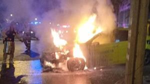 ไฟลุกไหม้ห้องเครื่องแท็กซี่ โชเฟอร์พาผู้โดยสารหนีตาย