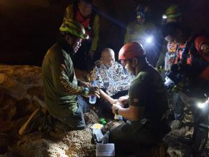 เปิดใจกู้ภัยฯ ดำมุดน้ำท่วมช่วยพระนักปฏิบัติธรรมติดถ้ำพระไทรงาม