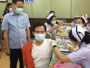 ผู้ว่าฯ ลพบุรี นำบุคลากรทางการแพทย์รับการฉีดวัคซีนโควิด-19 ล็อตแรก