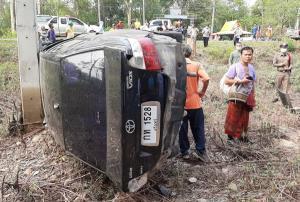 """สลด! """"ครูสาว"""" เมืองช้างควบเก๋งตกถนนพุ่งชนต้นไม้ร่างกระเด็นดับคาที่ ลูก 2 คนรอดตายหวุดหวิด"""