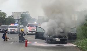 ไฟไหม้รถเก๋งสาวใหญ่เมืองนครปฐม หวิดวอดทั้งคัน