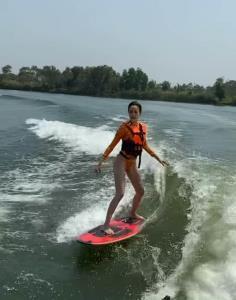 มาดเท่ๆ บน WakeSurf กีฬาเอ็กซ์ตรีมทางน้ำสุดฮิตของไฮโซ