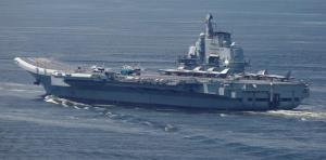 """(ภาพจากแฟ้ม) เรือบรรทุกเครื่องบิน """"เหลียวหนิง"""" ของจีน ซึ่งเวลานี้มีรายงานว่ากำลังไปฝึกซ้อมอยู่ใกล้ๆ ไต้หวัน"""