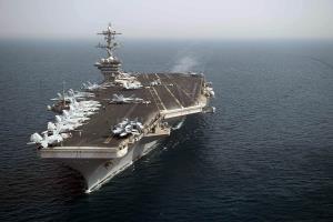 """(ภาพจากแฟ้ม) เรือบรรทุกเครื่องบิน """"ธีโอดอร์ รูสเวลต์"""" ของสหรัฐฯ ที่อเมริกากำลังส่งเข้าไปในทะเลจีนใต้"""