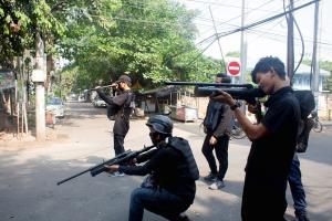 ใกล้สงครามกลางเมือง! ผู้ประท้วงพม่าใช้อาวุธปะทะทหาร ส่งสัญญาณเข้าสู่เฟสใหม่การต่อสู้