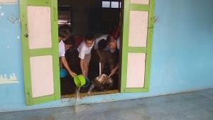 """พายุถล่ม-หลังคาโรงเรียนพังเป็นเดือนไม่มีงบซ่อม """"ครู-นร.บ้านนา ศรีสำโรง"""" วอนคนใจบุญช่วยด่วน"""