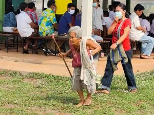 อบอุ่นหัวใจ! ยายทวดเดินเท้าเปล่า พร้อมพวงมาลัยแสดงความยินดีกับเหลนในวันปัจฉิมนิเทศ