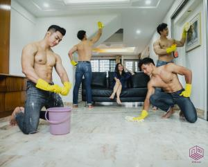 สุดว้าว! บริษัทรับทำความสะอาดสิงคโปร์ มีบริการเช็ดถูด้วยหนุ่มหล่อล่ำ