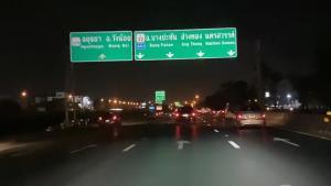 การจราจรยามค่ำคืนบนถนนสายเอเชียเริ่มคึกคัก รถเริ่มทยอยเดินทางกลับภูมิลำเนากันแล้ว