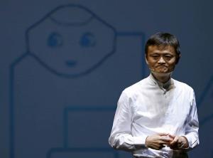 """ในภาพแจ๊ค หม่า ผู้ก่อตั้ง และประธานบริหาร อาลีบาบา กรุ๊ป ขณะบรรยายเรื่อง """"หุ่นยนต์ ที่เหมือนมนุษย์""""  ในที่ประชุมข่าวที่เมืองชิบะ ประเทศญี่ปุ่น ปี 2015 (แฟ้มภาพรอยเตอร์ส)"""