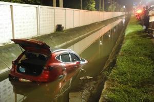 ขับรถเก๋งไม่ชินทาง ตีวงเลี้ยวตกลงคูน้ำข้างทาง