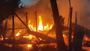 เกิดเหตุไฟไหม้ห้องพักคนขับรถหัวลากวอด 6 ห้อง หลังคนงานกลับบ้านต่างจังหวัดช่วงสงกรานต์