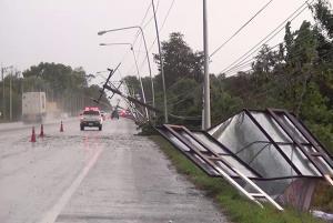พายุฤดูร้อนถล่มบุรีรัมย์ ซัดเสาไฟฟ้าแรงสูงโค่นล้มระนาวไฟดับหลายชั่วโมง