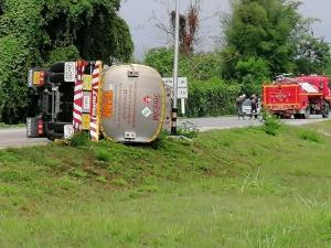 ระทึก! รถพ่วงบรรทุกน้ำมัน 4 หมื่นลิตรคว่ำขวางถนนเชียงราย โชคดีไม่บึ้ม