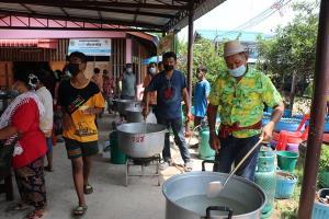 ชาวบ้านอ่างทองร่วมใจทำข้าวต้มหมูแจกคนทั้งตำบลในวันสงกรานต์