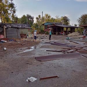 พายุฤดูร้อนพัดถล่มอ่างทองทำให้หลังคาบ้านพังหลายหลัง