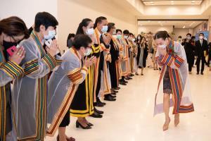 """""""นวลพรรณ ล่ำซำ"""" ซีอีโอเมืองไทยประกันภัย เข้ารับดุษฎีบัณฑิตกิตติมศักดิ์ บริหารธุรกิจ ว.บัญฑิตเอเซีย"""