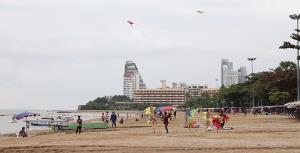 ไม่กลัวสีแดง! นักท่องเที่ยวยังแห่พักผ่อนชายหาดพัทยา วางใจมาตรการป้องกันโควิด-19