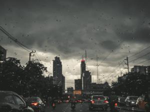 """เตือนทั่วไทย """"พายุฤดูร้อน"""" พัดถล่ม ระวังอันตรายลมกระโชกแรง-ฟ้าผ่า กทม.โดนร้อยละ 30"""