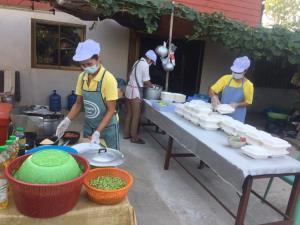 """""""ครัวมาดาม"""" ภายใต้มูลนิธิมาดามแป้ง เริ่มเปิดครัวส่งข้าวกล่องแทนกำลังใจให้บุคลากรทางการแพทย์ 19 แห่งทั่วประเทศ"""
