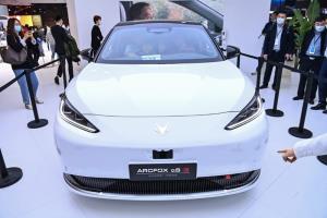 รถยนต์ขับเคลื่อนอัตโนมัติ Arcfox aS HI  ซึ่งที่แผ่นป้ายทะเบียนระบุด้วยว่า Huawei Inside  ในงานแสดงรถยนต์เซี่ยงไฮ้ (ชื่ออย่างเป็นทางการคือ นิทรรศการอุตสาหกรรมรถยนต์นานาชาติเซี่ยงไฮ้ Shanghai International Automobile Industry Exhibition) เมื่อวันจันทร์ (19 เม.ย.) ซึ่งเป็นรอบสื่อมวลชน