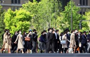 ผู้คนยังคงเดินทางไปทำงานอย่างคลาคล่ำในกรุงโตเกียว
