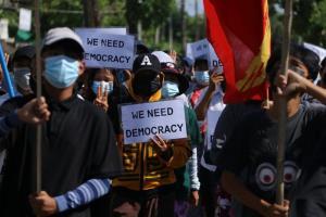 ภาพถ่ายและเผยแพร่โดยกลุ่มทวาย วอตช์ ในวันอังคาร (20 เม.ย.) ระบุว่ากลุ่มผู้ประท้วงออกมาเดินขบวนการต่อต้านการรัฐประหารที่เมืองทวาย