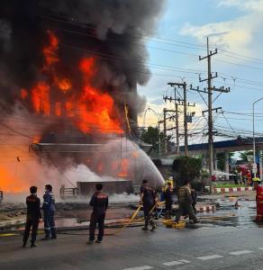 ไฟไหม้โกดังน้ำมันริมถนนเพชรเกษม-อ้อมใหญ่ ใช้เวลา 2 ชม.จึงควบคุมเพลิงได้
