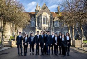 โรงเรียนไบรท์ตัน คอลเลจ ประเทศอังกฤษ ได้รับการเลือกให้เป็น โรงเรียนยอดเยี่ยมแห่งทศวรรษของอังกฤษโดย The Sunday Times