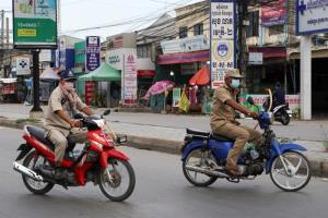 ตำรวจพนมเปญจัดหนักใช้ไม้หวดคนฝ่าฝืนมาตรการล็อกดาวน์ นักสิทธิโวยรุนแรงเกินเหตุ
