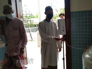อิหม่ามมัสยิดกลางปัตตานีนำประชาชนเตรียมความพร้อมป้องกันโควิด-19 ก่อนเปิดให้ละหมาดวันศุกร์
