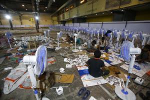 คนงานกำลังทำงานส่วนหนึ่งในการจัดตั้งโรงพยาบาลสนามรับผู้ป่วยโรคโควิด-19 แห่งหนึ่งขึ้นมา ในเมืองมุมไบ ประเทศอินเดีย เมื่อวันพฤหัสบดี (22 เม.ย.)