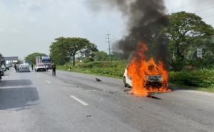 หวิดสลด! สาววัย 27 ปี ควบเก๋งหลับในพุ่งชนแบริเออร์กลางถนนสายเอเชีย ไฟไหม้ทั้งคัน