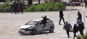 นาทีระทึก! อาละวาดขับรถอันตรายพุ่งใส่ฝูงชน เจอกระโดดถีบ 2 เท้าจนมุม (ชมคลิป)