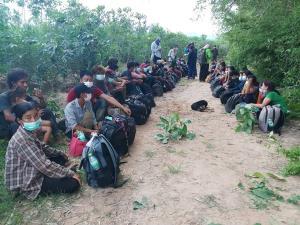 พม่าทะลักเข้าไทยรวบได้ 52 ราย อยู่ระหว่างสอบสวนว่าหนีมาหางานทำ หรือหนีภัยการเมือง