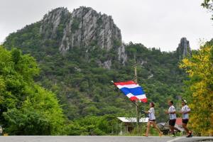 นักแม่นปืนซีเกมส์ ร่วมวิ่งธงชาติไทย! ผ่านไปแล้ว 2,383 กม. ชาวนครสวรรค์-กำแพงเพชร ยังคึกคัก!