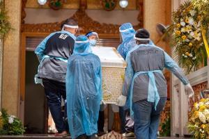 อาลัยดาบตำรวจภาค 7 จับคนร้ายชาวพม่าติดโควิด-19 ดับ