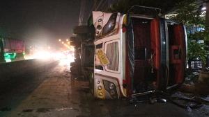 หวิดสลด! รถบัสรับส่งพนักงานพลิกคว่ำบาดเจ็บระนาว