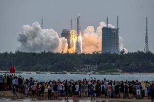 """ชาวจีนภูมิใจน้ำตาไหล! มังกรส่งโมดูลสถานีอวกาศ """"เทียนเหอ"""" ขึ้นสู่อวกาศสำเร็จ ฝันสร้างหมู่บ้านจีนในอวกาศ (ชมคลิป)"""