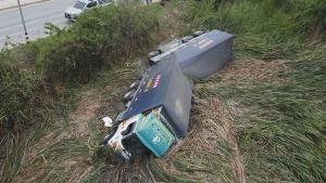 สลด! รถบรรทุกพ่วง 18 ล้อ เสียหลักพลิกคว่ำตกคูน้ำข้างทาง คนขับหมดสติจมน้ำเสียชีวิต