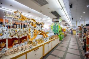 """""""สวนเสือศรีราชา"""" ประกาศขายของที่ระลึกราคาเท่าทุนหลังปิดกิจการ เผยชีวิตยังต้องดิ้นรน"""