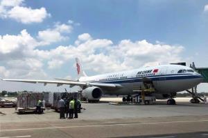 วัคซีน Sinopharm ล็อตแรก 5 แสนโดส ที่จีนบริจาคให้พม่า ถูกส่งถึงสนามบินนานาชาติ กรุงย่างกุ้ง เมื่อวานนี้ (2 พ.ค.)