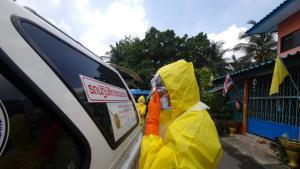 ชุดกู้ชีพเข้ม! สวม PPE เต็มชุด รับศพลุง 58 ปี ดับปริศนาคาบ้านพักชุมชน 70 ไร่ คลองเตย