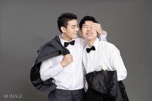 """แฟนคลับฮือฮา!!..ศิลปินนักแสดงหนุ่มมากความสามารถ """"แม็ค-สุวิทย์ วันตา"""" ถ่ายรูปคู่แนว LGBT ครั้งแรก"""