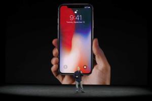 หากข้อมูลนี้เป็นจริง จะหมายความว่าหน้าจอ iPhone รุน 2 ปีข้างหน้าจะสามารถใช้งานเป็นแท็บเล็ตที่มีหน้าจอใหญ่กว่า iPad mini (ในภาพ เป็นแฟ้มภาพการเปิดตัว iPhone X)