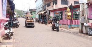 นักท่องเที่ยวทยอยออกจากเกาะล้าน จ.ชลบุรี หลังชาวบ้านพื้นที่มีมติปิดเกาะพรุ่งนี้
