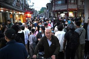 มั่นใจเต็มที่! ชาวจีนคลาคล่ำล้นสถานที่ท่องเที่ยว ปลดปล่อยอารมณ์หลังอดเที่ยวมานาน